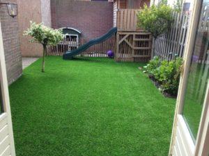 Voor kleinere, ingesloten tuintjes zoals deze, is kunstgras ideaal.