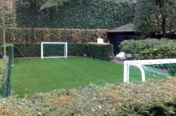 voetballen op kunstgras in de tuin
